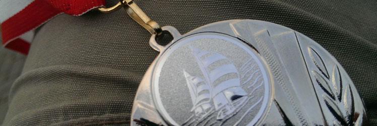 De medaille na een sportieve wedstrijd zeilen met het hele team